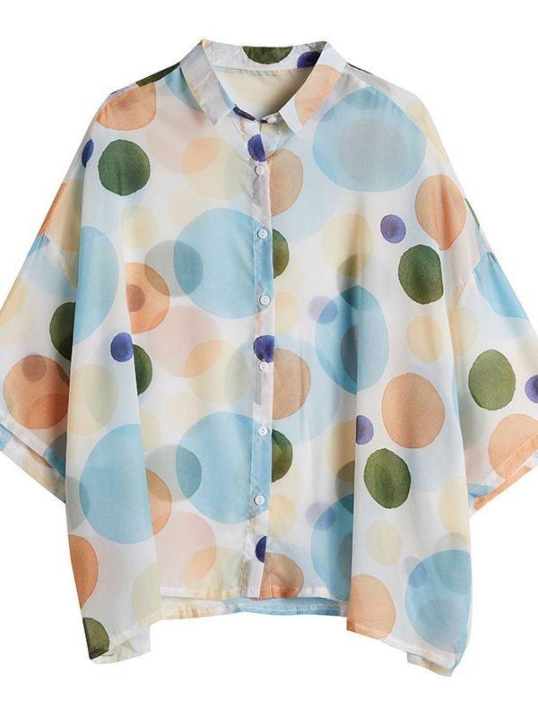 Легкая рубашка белого цвета с многоцветным принтом